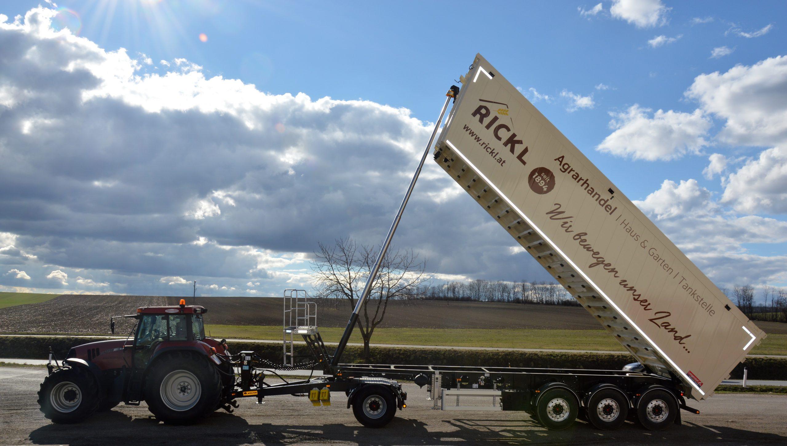 Agrarhandel Traktor mit Weizen